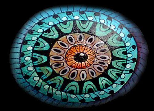 Steinmalerei aus einem kieselstein wird ein kunstwerk